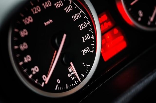 מה ההבדל בין מהירות ותאוצה?
