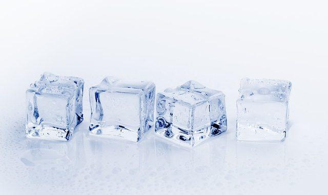 קרח צף על מים