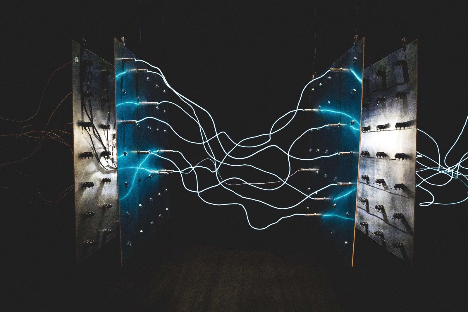 מה ההבדל בין חשמל חד-פאזי לתלת-פאזי?